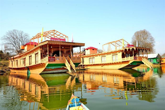 New Golden Flower Heritage Houseboat: Of Motifs and Intricacy!